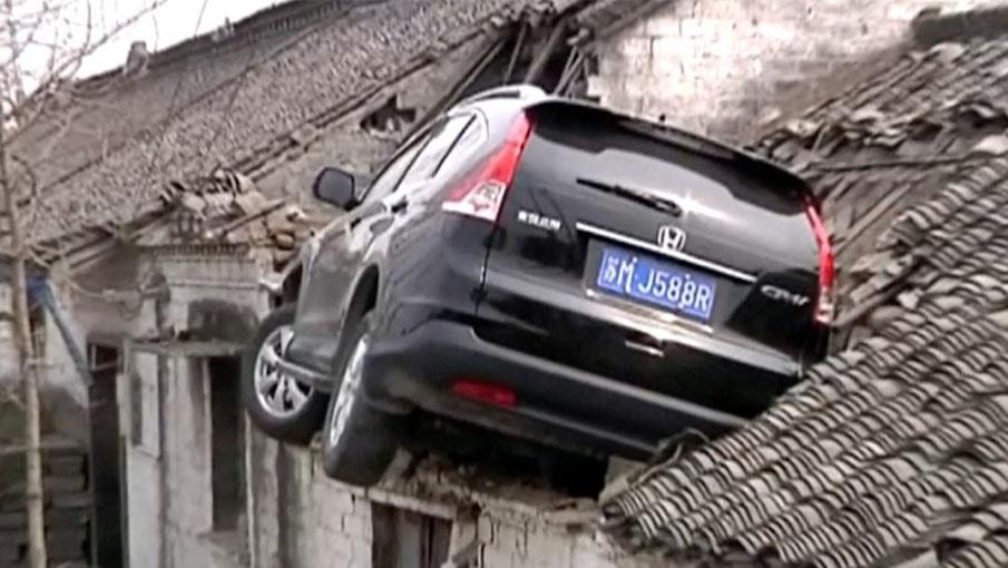 Accident : Cette Honda CR-V a fini encastrée dans le toit d'une maison