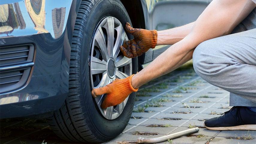 changer-roue-voiture-garagiste